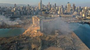 صورة تم التقاطها من طائرة مسيرة لموقع الانفجار الذي هز مرفأ بيروت، لبنان، 5 أغسطس، 2020.(AP/Hussein Malla)