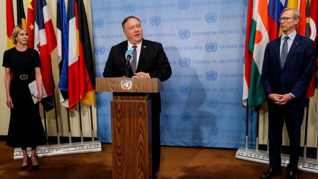 وزير الخارجية الأمريكي مايك بومبيو يتحدث إلى المراسلين عقب اجتماع مع أعضاء مجلس الأمن الدولي، مع سفيرة الولايات المتحدة لدى الأمم المتحدة كيلي كرافت، يسار، والممثل الأمريكي الخاص لإيران برايان هوك، يمين، في الأمم المتحدة، 20 أغسطس 2020 (Mike Segar/Pool via AP)