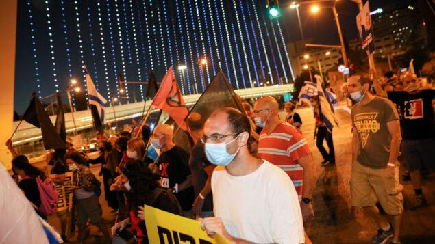 إسرائيليون يتظاهرون ضد رئيس الوزراء بنيامين نتنياهو بالقرب من جسر الأوتار، عند مدخل القدس، 22 أغسطس 2020 (Olivier Fitoussi / Flash90)