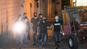 أحد الضباط المتورطين في مقتل إياد حلاق خلال إعادة تمثيب الحادثة في القدس، 26 أغسطس، 2020. (Yonatan Sindel / Flash90)