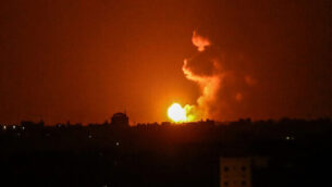 توضيحية: كرة نارية شوهدت في أعقاب غارة جوية إسرائيلية في خان يونس في جنوب قطاع غزة، بعد أن أطلق مقاتلون فلسطينيون صاروخين باتجاه إسرائيل، 27 يونيو، 2020. (Said Khatib/AFP)