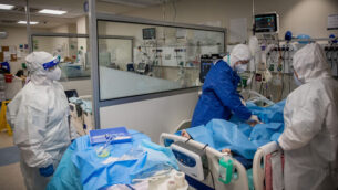 عاملون طبيون في قسم كورونا في المركز الطبي 'شمير' في مدينة بئر يعقوب، قرب تل أبيب، 20 أغسطس، 2020. (Yonatan Sindel/Flash90)