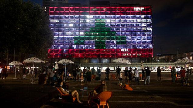 إضاءة مبنى بلدية تل أبيب في ميدان رابين بألوان العلم اللبناني تعبيرا عن التضامن مع ضحايا انفجار مرفأ بيروت، 5 أغسطس، 2020.(Miriam Alster/Flash90)