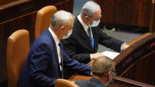 وزير الدفاع بيني غانتس (يسار) ورئيس الوزراء بنيامين نتنياهو في الجلسة الكاملة للكنيست، 24 أغسطس 2020 (Knesset Spokesperson's Office)