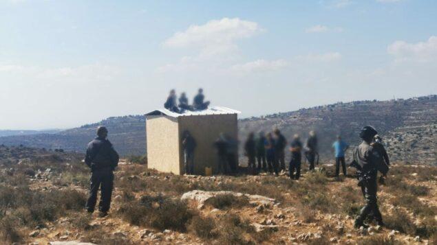 عناصر حرس الحدود تطرد مراهقين من 'معاليه شاي'، بؤرة استيطانية غير قانونية أقيمت في المنطقة B الخاضعة للسيطرة الفلسطينية في الضفة الغربية (Israel Police)