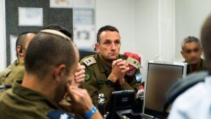 قائد المنطقة الجنوبية في الجيش الإسرائيلي الميجر جنرال هرتسي هاليفي يشرف على عملية اغتيال القيادي في حركة 'الجهاد الإسلامي' الفلسطينية بهاء أبو العطا، 12 نوفمبر، 2019. (Israel Defense Forces)
