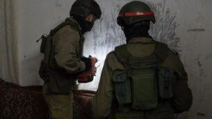 جنود إسرائيليون يقيسون منزل رجل فلسطيني يُشتبه في أنه قتل جنديًا بصخرة في الشهر الماضي، في قرية يعبد بالضفة الغربية، 11 يونيو 2020. (Israel Defense Forces)