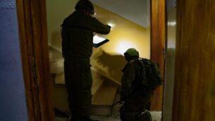 جنود إسرائيليون في قرية روجيب بشمال الضفة الغربية يقومون بأخذ قياسات منزل مشتبه به فلسطيني بقتل رجل إسرائيلي طعن في اليوم السابق، 27 أغسطس، 2020. (Israel Defense Forces)