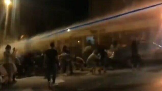 متظاهر ضد نتنياهو يتعرض لإصابة مباشرة في الرأس من مدفع مياه خلال تظاهرة في القدس، 23 يوليو، 2020.(video screenshot)