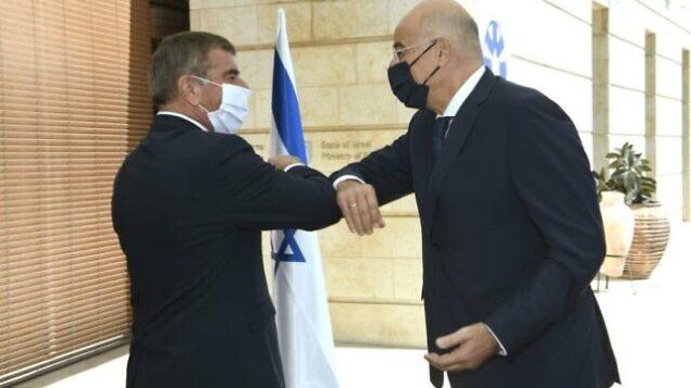 وزير الخارجية اليوناني نيكون دنديس يلتقي بنظيره الإسرائيلي غابي أشكنازي في القدس، 13 أغسطس، 2020. (Twitter)