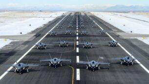 52 طائرة من طراز إف-35 تصطف في تدريب إطلاق في قاعدة هيل الجوية في ولاية يوتا لإظهار القوة والاستعداد القتالي وسط التوترات بين الولايات المتحدة وإيران، 6 يناير 2020 (US Air Force / R. Nial Bradshaw / Twitter screen capture)