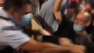 قائد شرطة القدس نيسو غويتا يظهر في فيديو وهو يدفع متظاهرين ويضربهم، 22 أغسطس 2020 (Screen grab / Kan)