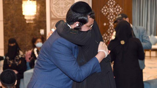 يهودي أصله من اليمن يحتضن أحدى أفراد أسرته التي انفصل عنها لمدة 15 عامًا، في أبو ظبي، الإمارات العربية المتحدة، أغسطس 2020 (Twitter)