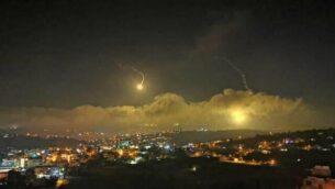 توضيحية: الجيش الإسرائيلي يطلق قنابل ضوئية فوق الحدود اللبنانية في 25 أغسطس، 2020. (Courtesy)