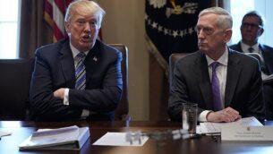 الرئيس الأمريكي دونالد ترامب (إلى اليسار) ووزير الدفاع حينها جيمس ماتيس في جلسة لمجلس الوزراء في البيت الأبيض، 8 مارس 2018 (AFP Photo / Mandel Ngan)