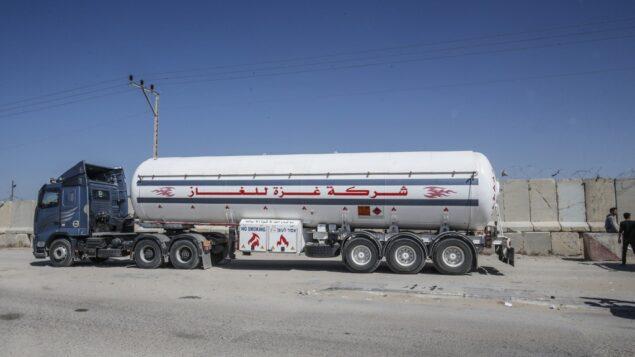 صورة توضيحية: شاحنة غاز تمر عبر معبر كرم أبو سالم، المعبر الرئيسي للبضائع التي تدخل غزة من إسرائيل، 12 مايو 2019 (SAID KHATIB / AFP)