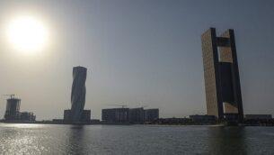 """هذه الصورة من 25 يونيو 2019، تُظهر منظرا عاما لفندق 'فور سيزونز' (على اليمين) في العاصمة البحرينية المنامة، حيث تعقد ورشة عمل """"السلام من أجل الازدهار"""". (Stringer/AFP)"""