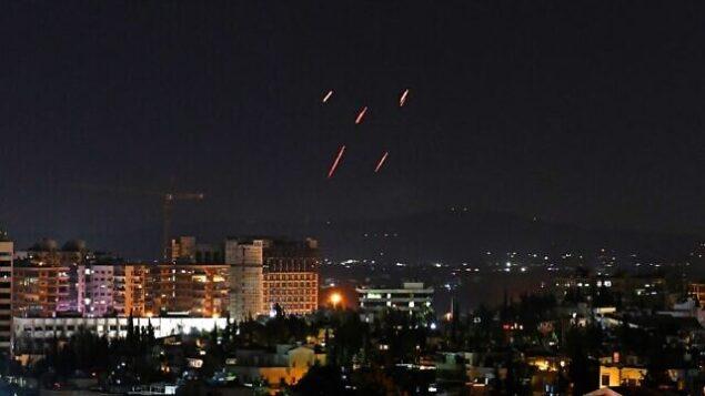 توضيحية: الدفاعات الجوية السورية ترد على صواريخ اسرائيلية مزعومة تستهدف جنوب العاصمة دمشق، 20 تموز، 2020. (AFP)