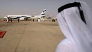 صورة تم التقاطها في 31 أغسطس، 2020، تُظهر طائرة شركة 'إل عال'، التي تقل وفدا أميركيا-إسرائيليا إلى الإمارات بعد اتفاق تطبيع، تهبط على مدرج مطار أبوظبي، في أول رحلة ركاب على الإطلاق من إسرائيل إلى الإمارات.(Karim SAHIB / AFP)