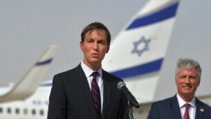 مستشار الرئيس الأمريكي جاريد كوشنر يلقي كلمة، وإلى جانبه  يقف مستشار الأمن القومي الأمريكي روبرت أوبراين (يمين) أمام طائرة تابعة لشركة 'إل عال' في مطار أبو ظبي، بعد وصول أول رحلة جوية تجارية من إسرائيل إلى الولايات المتحدة، الإمارات، 31 أغسطس، 2020. (KARIM SAHIB / AFP)