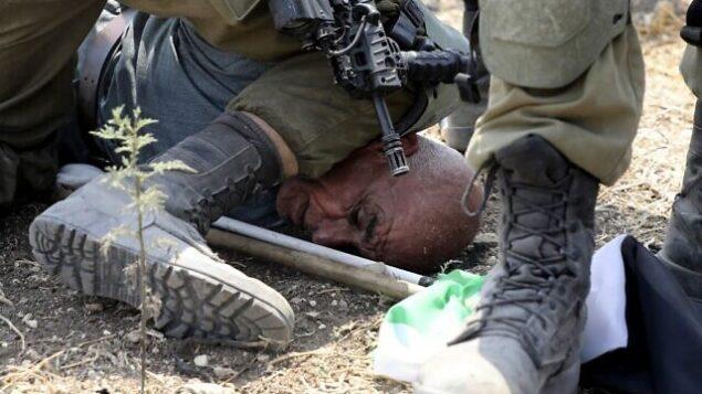جنود إسرائيليون يعتقلون متظاهرا فلسطينيا خلال مظاهرة ضد التوسع الاستيطاني الإسرائيلي في قرية شوفة الفلسطينية، جنوب شرق طولكرم في الضفة الغربية، 1 سبتمبر، 2020. (JAAFAR ASHTIYEH / AFP)