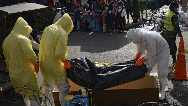 عمال الصحة يزيلون جثة شخص يشتبه في إصابته بفيروس كورونا، في كوتشابامبا، بوليفيا، 6 سبتمبر 2020 (STR / AFP)