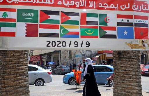 لافتة تظهر أعلام الدول العربية مكتوب عليها 'التاريخ لن يمجد إلا الأوفياء لفلسطين'، خلال مظاهرة ضد اتفاق التطبيع الإماراتي الإسرائيلي، في مدينة نابلس بالضفة الغربية، 9 سبتمبر 2020. (JAAFAR ASHTIYEH / AFP)