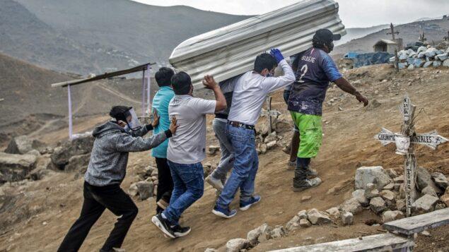 في هذه الصورة التي التقطت في 30 مايو 2020، يحمل الأقارب نعش ضحية يشتبه في أنها ضحية لكوفيد-19 في مقبرة نويفا إسبيرانزا، وهي واحدة من أكبر المقابر في أمريكا اللاتينية، في الضواحي الجنوبية لليما (ERNESTO BENAVIDES / AFP)