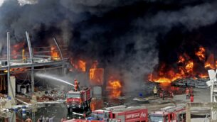 رجال إطفاء لبنانيون يحاولون إخماد حريق اندلع في منطقة المرفأ في بيروت، في 10 سبتمبر 2020 (ANWAR AMRO / AFP)