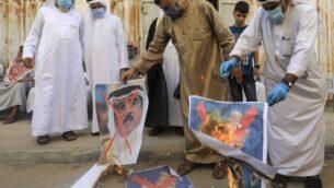 رجال فلسطينيون يحرقون صورا مشطوبة للعاهل البحريني والرئيس الأمريكي ورئيس الوزراء الإسرائيلي خلال مظاهرة في دير البلح، وسط قطاع غزة، 12 سبتمبر 2020 (MAHMUD HAMS / AFP)