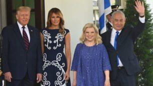 الرئيس الأمريكي دونالد ترامب (إلى اليسار) والسيدة الأولى ميلانيا ترامب يرحبان بوصول رئيس الوزراء بنيامين نتنياهو (يمين) وزوجته، سارة، إلى الحديقة الشمالية للبيت الأبيض في واشنطن العاصمة، 15 سبتمبر، 2020. (Andrew CABALLERO-REYNOLDS / AFP)