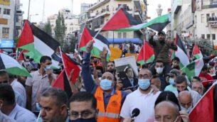 فلسطينيون يتظاهرون في رام الله بالضفة الغربية احتجاجا على اتفاقي التطبيع الإسرائيلية مع الإمارات والبحرين، 15 سبتمبر، 2020، قبل ساعات من حفل التوقيع في البيت الأبيض. (Photo by JAAFAR ASHTIYEH / AFP)