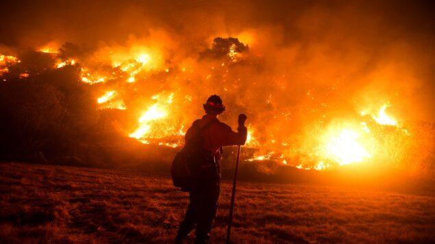 رجل إطفاء يعمل في موقع حريق بوبكات على سفوح التلال بالقرب من مونروفيا كانيون بارك في مونروفيا، كاليفورنيا، 15 سبتمبر 2020 (RINGO CHIU / AFP)