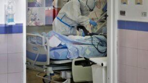 طاقم طبي يعمل في جناح العزل الخاص بكوفيد-19 في مركز برزيلاي الطبي في مدينة أشكلون بجنوب البلاد، 22 سبتمبر، 2020. (GIL COHEN-MAGEN / AFP)