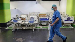 مسعف يعمل في موقف سيارات تحت الأرض في مركز رامبام للرعاية الصحية في حيفا، والذي تم تحويله إلى مركز للعناية المركزة لمرضى فيروس كورونا، 23 سبتمبر 2020. (Jack Guez / AFP)