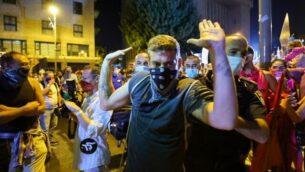 الشرطة الإسرائيلية  تعتقل متظاهرا خلال مظاهرة في القدس، 26 سبتمبر 2020 (EMMANUEL DUNAND / AFP)