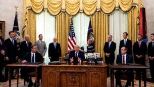 الرئيس الأمريكي دونالد ترامب (وسط) يشارك في مراسم التوقيع مع رئيس صربيا ألكسندر فوتشيتش (يسار) ورئيس وزراء كوسوفو عبدالله هوتي (يمين) في المكتب البيضاوي بالبيت الأبيض، 4 سبتمبر 2020 (POOL / GETTY IMAGES NORTH AMERICA / GETTY IMAGES VIA AFP)
