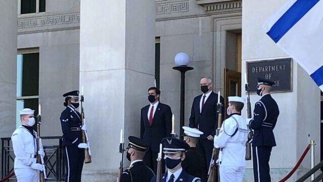وزير الدفاع الأمريكي مارك إسبر، من اليسار، ونظيره الإسرائيلي بيني غانتس، خلال لقاء في البنتاغون في أرلينغتون بولاية فيرجينيا، 22 سبتمبر، 2020. (Jim Garamone / Department of Defense)