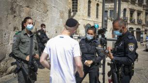 الشرطة تفرض غرامة على رجل لخرقه قواعد الاغلاق الوطني عند باب الخليل في البلدة القديمة في القدس، 24 سبتمبر 2020 (Olivier Fitoussi / Flash90)