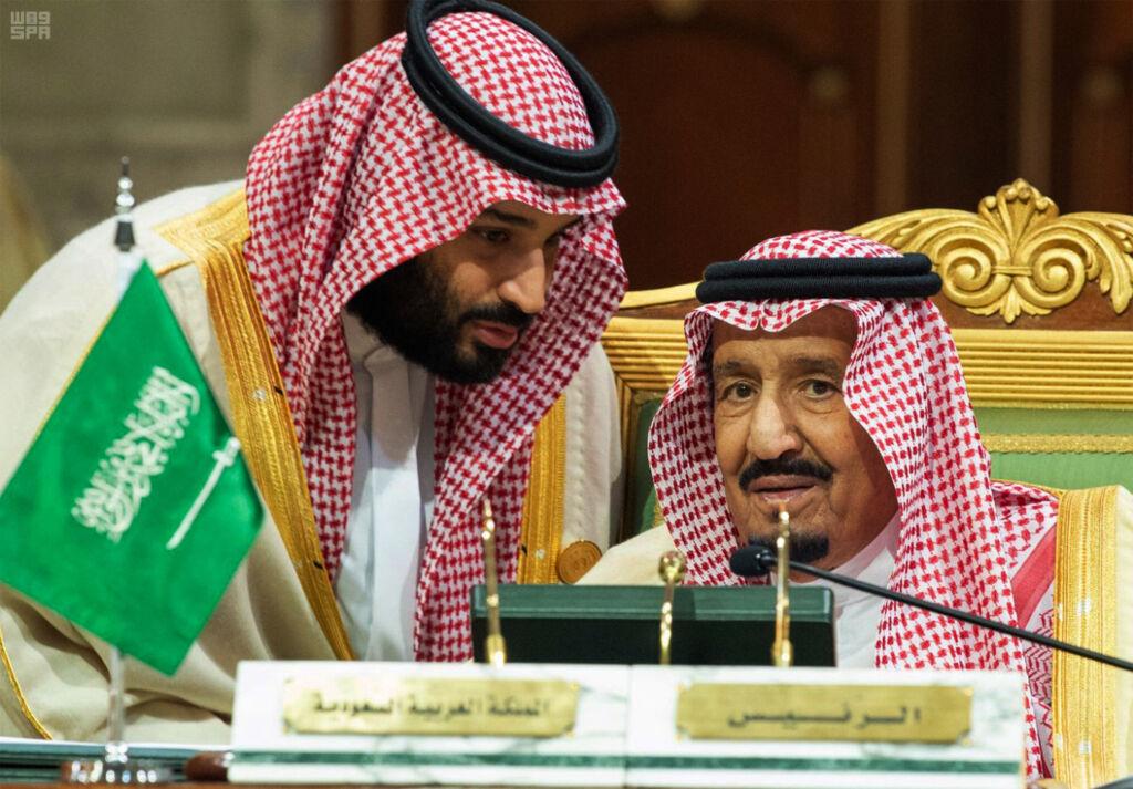 ولي العهد السعودي الأمير محمد بن سلمان يتحدث إلى والده الملك سلمان في اجتماع لمجلس التعاون الخليجي في الرياض، 9 ديسمبر 2018 (Saudi Press Agency via AP)
