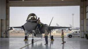 في هذه الصورة التي نشرتها القوات الجوية الأمريكية في 5 أغسطس 2019، يستعد طيار طائرة من طراز إف-35 وطاقمه لمهمة في قاعدة الظفرة الجوية في الإمارات العربية المتحدة. (Staff Sgt. Chris Thornbury/US Air Force via AP)