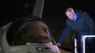 في 12 ديسمبر، 2016، يقف رئيس الوزراء بنيامين نتنياهو إلى جانب واحدة من أول طائرتين مقاتلتين من الجيل التالي من طراز F-35 بعد هبوطها خلال مراسم إزاحة الستار عند وصولها إلى قاعدة 'نيفاتيم' الجوية بالقرب من بئر السبع، جنوب إسرائيل. (AP / Ariel Schalit، File)