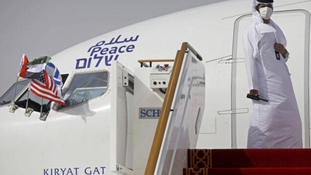 مسؤول يقف عند باب طائرة ركاب اسرائيلية من شركة العال بعد هبوطها في ابو ظبي ، الامارات العربية المتحدة ، 31 اغسطس 2020 (Nir Elias / Pool Photo via AP)
