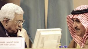 رئيس السلطة الفلسطينية محمود عباس ، من اليسار ، يستمع لوزير الخارجية البحريني آنذاك خالد بن أحمد آل خليفة خلال جلسة طارئة لجامعة الدول العربية الطارئة في القاهرة، مصر، 28 مايو، 2016. (AP Photo / Amr Nabil)