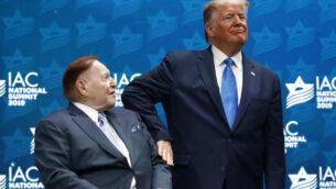 الرئيس دونالد ترامب مع الرئيس التنفيذي لمؤسسة لاس فيجاس ساندز والمانح الجمهوري الكبير شيلدون أدلسون، في القمة الوطنية للمجلس الأمريكي الإسرائيلي في هوليوود، فلوريدا، 7 ديسمبر 2019. (AP/Patrick Semansky)