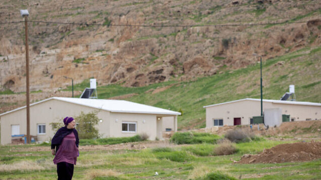 امرأة تسير في مستوطنة ميفؤوت يريحو الإسرائيلية، في منطقة غور الأردن بالقرب من مدينة أريحا الفلسطينية، 10 فبراير، 2020. (AP Photo / Ariel Schalit)
