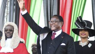 رئيس ملاوي المنتخب حديثًا لازاروس شاكويرا يحيي مؤيديه بعد أن أدى اليمين في ليلونجوي، ملاوي ، 28 يونيو 2020 (AP Photo / Thoko Chikondi)