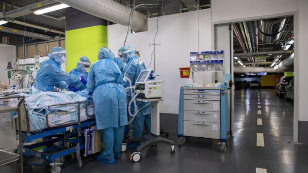 عمال طبيون يقومون بتشغيل جهاز تنفس في مستشفى رمبام في مدينة حيفا الشمالية، 27 يوليو 2020 (AP Photo / Oded Balilty)