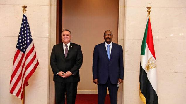 وزير الخارجية الأمريكي مايك بومبيو يقف إلى جانب الجنرال السوداني عبد الفتاح برهان، رئيس المجلس السيادي الحاكم، في العاصمة السودانية الخرطوم، 25 أغسطس، 2020. (Sudan Cabinet via AP)