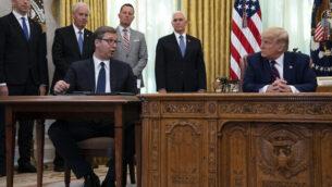 الرئيس دونالد ترامب يستمع إلى كلمة الرئيس الصربي ألكسندر فوتشيتش خلال حفل توقيع مع رئيس وزراء كوسوفو، عبد  الله هوتي، في المكتب البيضاوي للبيت الأبيض، الجمعة 4 سبتمبر، 2020، في واشنطن. (صورة AP / Evan Vucci)